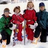 Im Winterurlaub in Klosters posieren Prinz William und Bruder Harry 1995 gemeinsam mit ihren Cousinen Beatrice und Eugenie.