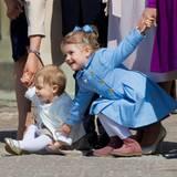 Prinzessin Estelle greift nach ihrer Cousine Prinzessin Leonore. Die Beiden spielen beim Festakt zum Geburtstag ihres Opas, König Carl Gustaf, auf dem Schlossplatz des königlichen Schlosses in Stockholm.