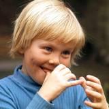 Der achtjährige Prinz Willem-Alexander scheint einen Streich im Sinn zu haben.
