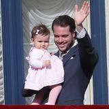 10. Mai 2015  Zum Knuddeln süß: Prinzessin Amalia trägt bei ihrem ersten Balkonauftritt ein rosa Kleid und eine Schleife im Haar.