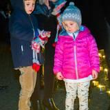 Prinz Henrik und seine kleine Schwester Athena schauen sich im Dezember 2014 die vielen Kerzen an, die aufgestellt wurden. Damit es den beiden Kindern von Prinzessin Marie und Prinz Joachim von Dänemark nicht langweilig mit, haben sich auch Spielzeug dabei.