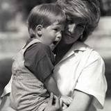 Prinzessin Diana trägt 1988 ihren Zweitgeborenen auf dem Arm. Harry scheint ein bisschen müde zu sein.