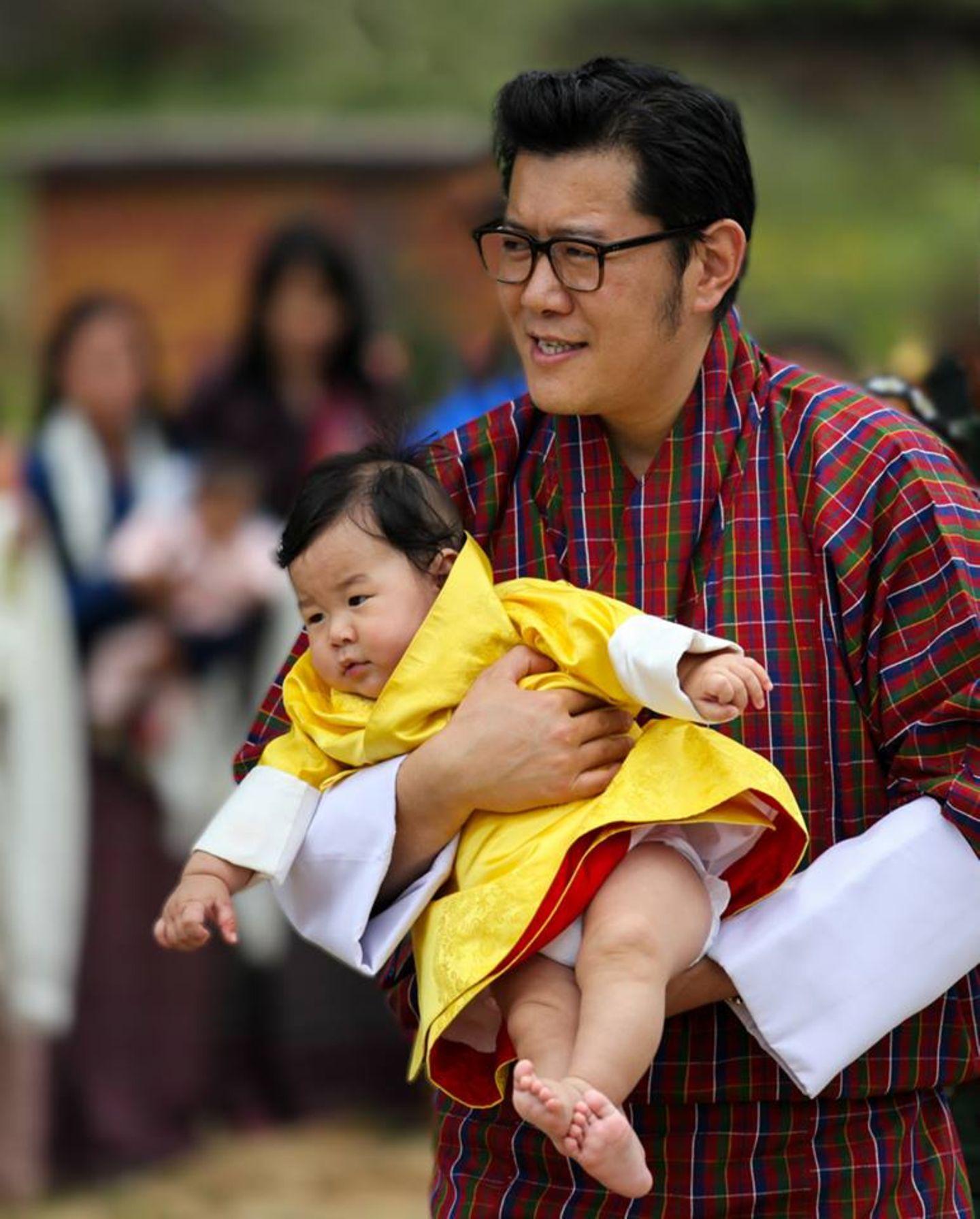 9. August 2016  König Jigme und sein Sohn werden bei ihrem Besuch in Bumthang von Hunderten herzlich in Empfang genommen.