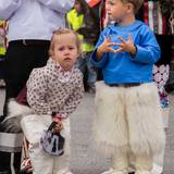 Prinzessin Josephine und Prinz Vincent reisen mit ihrer Familie im August 2014 zum ersten Mal nach Grönland. Ob es an der ungewohnten Nationaltracht liegt, die die beiden tragen, das die dreijährige Prinzessin ein bisschen quengelig aussieht?