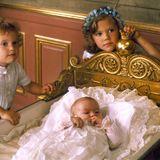 Prinzessin Victoria von Schweden, und ihr jüngerer Bruder Carl Philip stehen an der Wiege ihrer kleinen Schwester Madeleine.