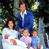 Am 14. Juni 1982, vier Tage nach der Geburt, stellen Königin Silvia und König Carl Gustavf ihre neugeborene Tochter, die kleine Madeleine, auf Schloss Solliden vor. Mit dabei sind natürlich auch die älteren Geschwister Carl Philip und Victoria.