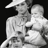 """Prinz William grüßt mit seinen vier Jahren im Juni 1985 bei """"Trooping the Colour"""" schon ganz professionell."""