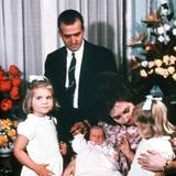 Am 30. Januar 1968 kommt in Spanien ein kleiner Prinz zur Welt, der einmal König werden soll. Von seinem ersten großern Fototermin bekommt der kleine Felipe nicht viel mit im Gegensatz zu sein beiden Schwestern Cristina und Elena.