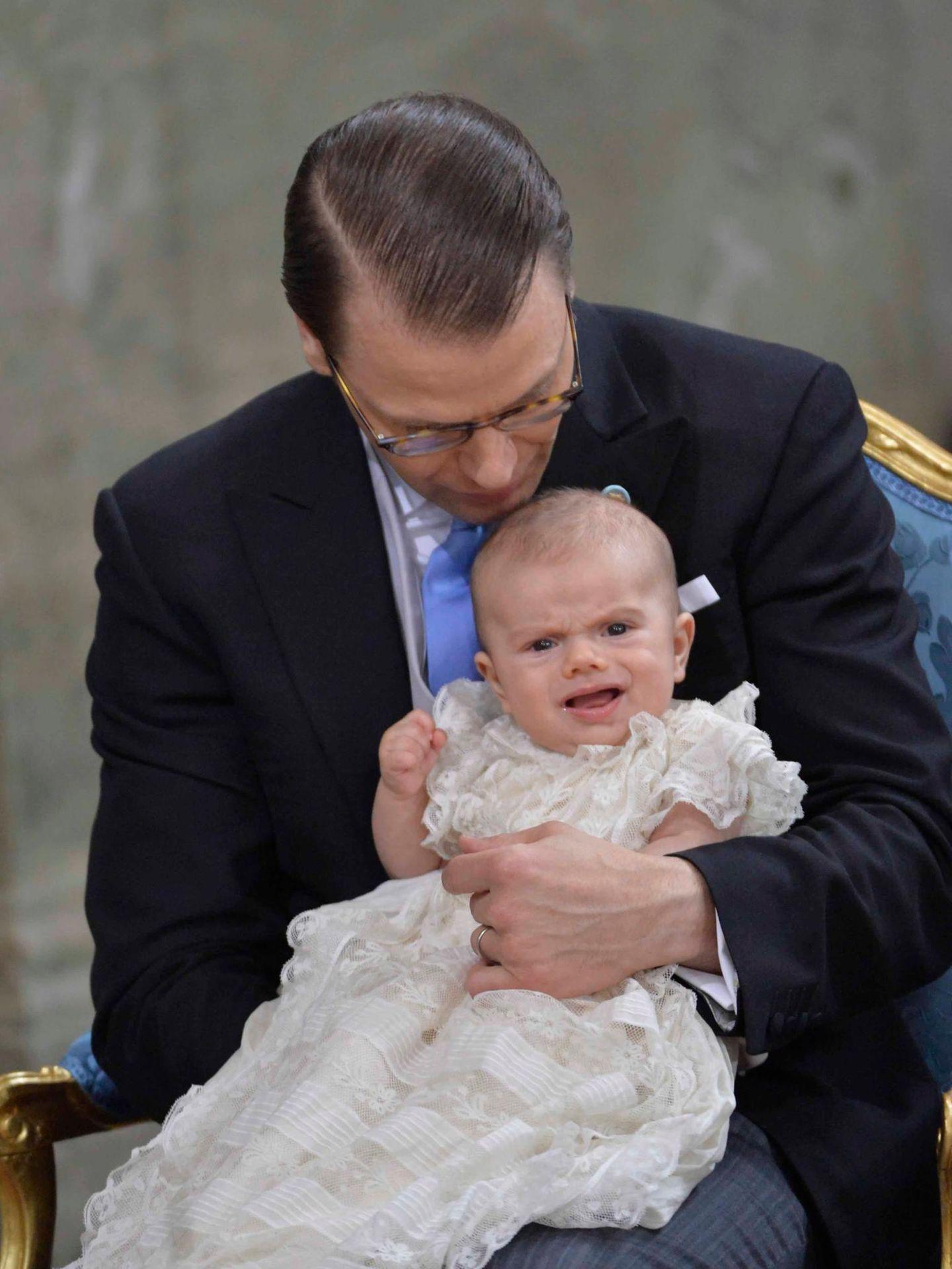 Prinz Daniel hat seinen Sohn auf dem Arm, dem zwischendurch kurz zum Schreien ist.