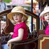 Svannah und Isla Phillips, die Urenkelinnen von Queen Elizabeth, drehen eine Runde auf dem Karussel.