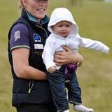 Savannah Phillips strahlt mit ihrer Mutter Autumn Phillips. Ihr Papa ist Peter Phillips, der Sohn von Queen Elizabeths Tochter P
