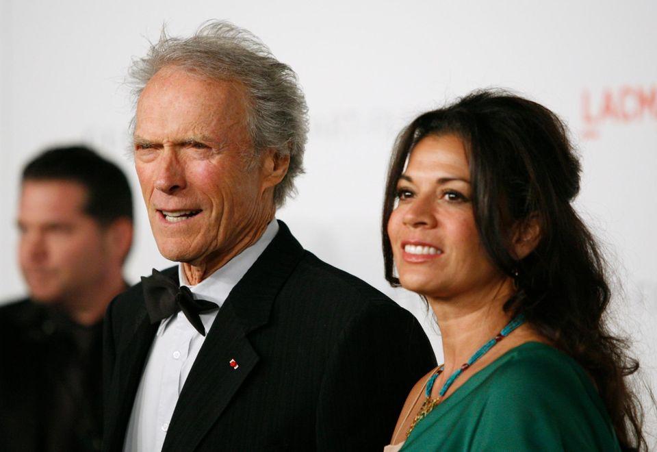 31. August 2013: Nach 17 Jahren ist die Ehe von Clint Eastwood und seiner Frau Dina zuende. Der 83-jährige Schauspieler und die 43-jährige Reporterin haben eine gemeinsame Tochter.