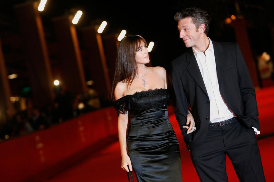 26. August 2013: Das Schauspielpaar Monica Bellucci und Vincent Cassel hat nach 14 Jahren Ehe die Trennung bekannt gegeben. Die schöne Brünette und der charismatische Schauspieler lernten sich bei Dreharbeiten kennen und heirateten 1999. Die beiden haben zwei gemeinsame Töchter, Deva und Leonie.