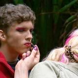 """Joey lässt sich von Olivia zur Drag Queen schminken. Alle Infos zu """"Ich bin ein Star - Holt mich hier raus!"""" im Special bei RTL.de: http://www.rtl.de/cms/sendungen/ich-bin-ein-star.html"""