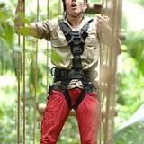 Joey Heindle klettert als erster über eine Hängebrücke ins Camp. Seine Mitinsassen begeistert er mit solch cleveren Sprüchen wie