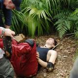 """Nach der Dschungelprüfung muss Dr. Bob einschreiten: Joey liegt mit Kreislaufproblemen am Boden. Alle Infos zu """"Ich bin ein Star - Holt mich hier raus!"""" im Special bei RTL.de: http://www.rtl.de/cms/sendungen/ich-bin-ein-star.html"""