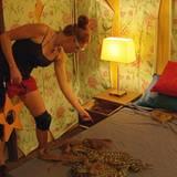 """Die """"Bachelor""""-Kandidatin muss in einem """"11 Steren Hotel"""" mit fünf Zimmern, in denen es viele Llandestypische Gäste wie zum Beispiel Schlangen gibt, Sterne suchen."""
