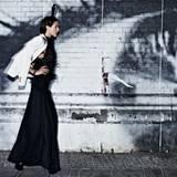 Schöner Schatten an der Wand. Weißer Blazer von Escada. Neckholder-Top mit Federn, von Alberta Ferretti, langer Rock von Thone N