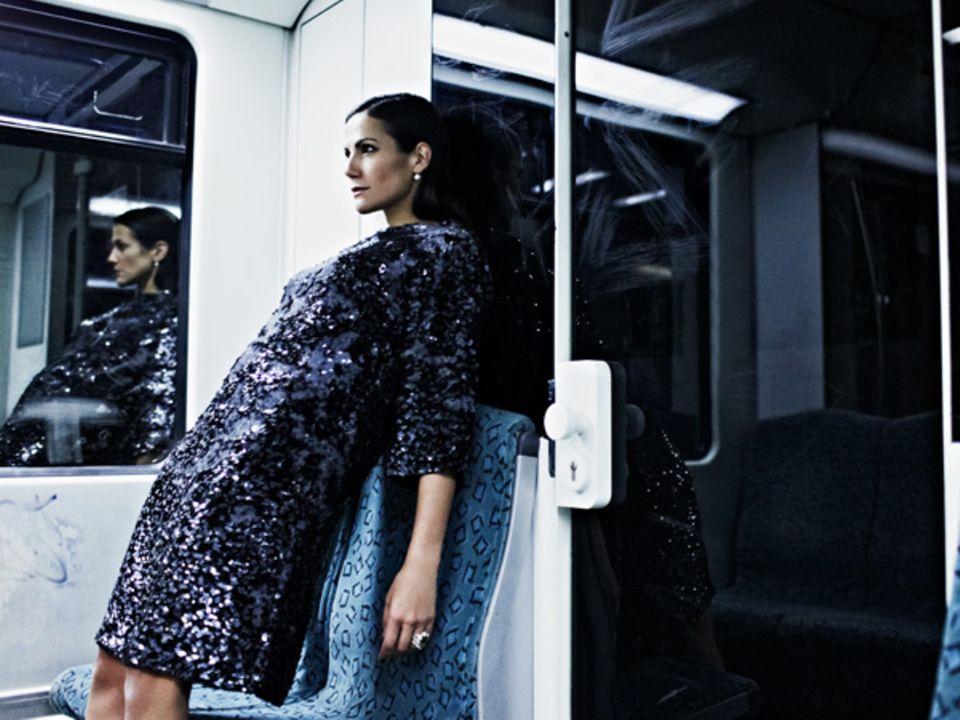 Nächste Station: Brandenburger Tor. Bettina Zimmermann in einem blauen, leicht ausgestellten Paillettenkleid von Dior. Roségold-