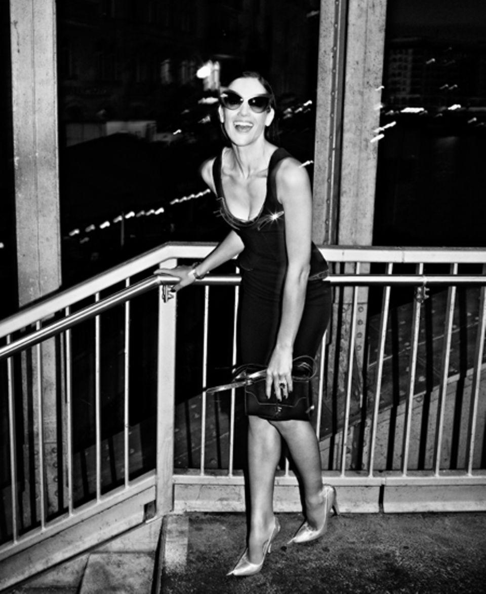 Partystimmung: Das Versace-Etuikleid mit Metallic-Einsätzen ist tief dekolletiert. Sonnenbrille von Mykita by Beth Ditto. Uhr vo