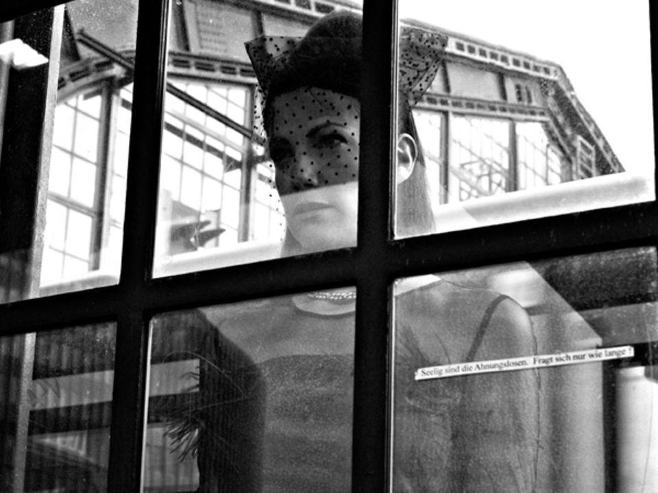 Bahnhof Friedrichstraße, an der Grenze zwischen Nacht und Tag: Bettina Zimmermann hat alles im Blick. Kleid mit transparentem Ob