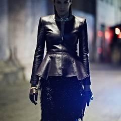 Cooles Leder - hier besonders edel kombiniert. Schößchenjacke von Dimitri, Fransenrock von Alberta Ferretti, Collier von Sabrina