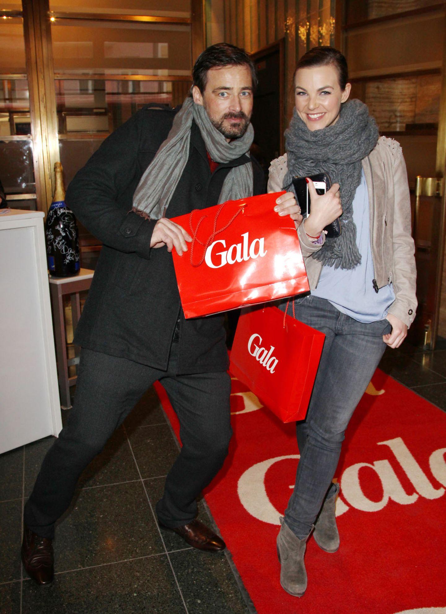 GALA-Event: Jan Sosniok und Annika Kipp widmen dem GALA-Goodie-Bag ein Freudentänzchen.