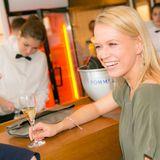 GALA-Event: Nova Meierhenrich genießt gute Gespräche und ihren Pommery-Champagner.
