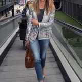 Im silbrig-gemusterten Jackett, Slim-Jeans und Hut macht sich Rosie Huntington-Whiteley auf den Weg nach Cannes.