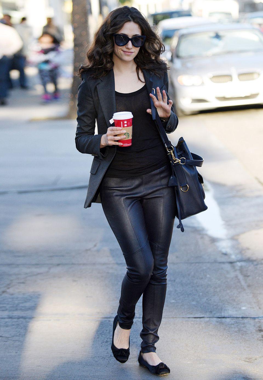 Sexy, seriös und super angesagt ist der Look mit Lederhose von Emmy Rossum. Das komplett schwarze Outfit besticht durch scharfe Schnitte und hochwertige Materialien.