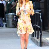 """""""Fifty Shades of Grey""""-Star Dakota Johnson probiert sich mit floralem Chiffon-Kleid zu sportlichen Chucks an gekonntem Stilbruch."""