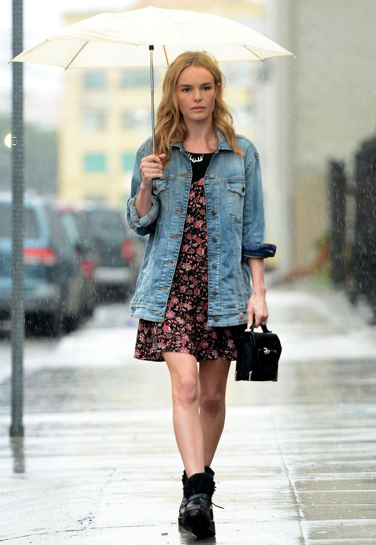 Kate Bosworth trotzt dem kalifornischen Regen nicht nur mit einem schlichten Regenschirm. Auch bei dem schlechten Wetter trägt sie ein sommerliches Kleid mit Blumen-Print. Einen coolen Touch erzielt sie durch eine Boyfriend-Jenasjacke und derben Boots.