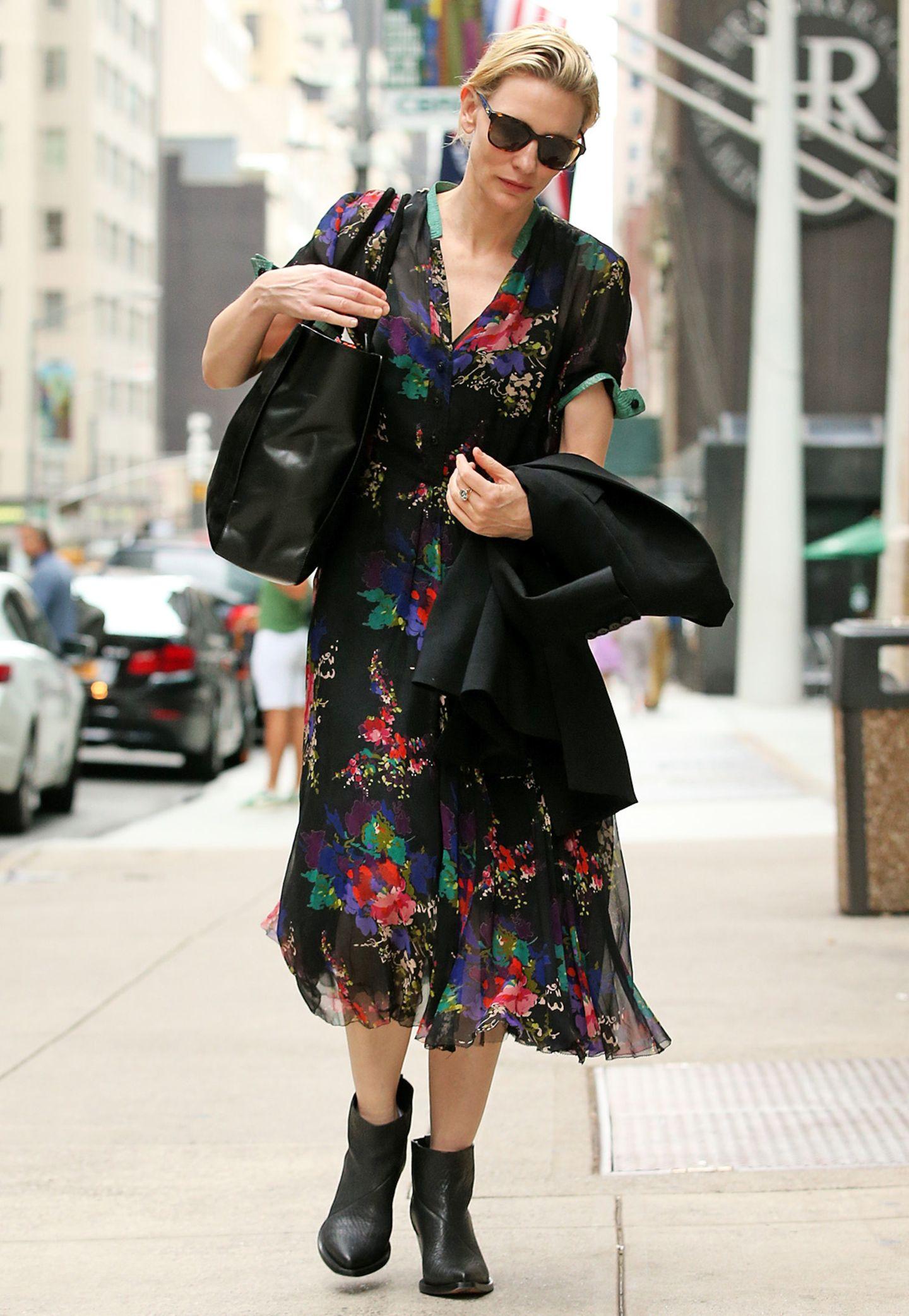 Zum floralen Midikleid trägt Cate Blanchett einen schlichten, schwarzen Ledershopper und bequeme Stiefeletten aus genarbtem Leder.