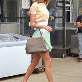 Im hellgelben Kurzarm-Pulli mit Hahnentritt-Muster (Miu Miu), mintfarbenem Minirock von Topshop und schicker Sonnenbrille von Prada macht Taylor Swift ihrem Ruf als Retro-Look-Lady mal wieder alle Ehre.