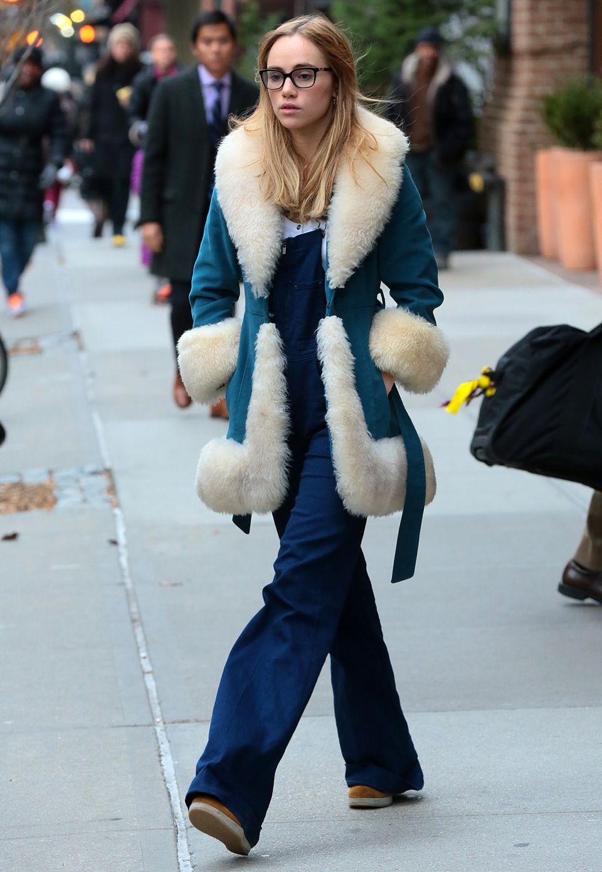 Zeitreise: Suki Waterhouse zelebriert mit weiter, blauer Latzhose und kuscheligem 70er-Jahre-Mantel den Retro-Look.