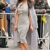 Das steingraue Etuikleid mit Taillennaht steht Schauspielerin Olivia Munn ausgezeichnet. Durch Schlangenleder-Pumps und einen farblich abgestimmten Wollmantel in Überlänge verleiht sie dem Look Glamour.