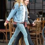 """Während sie auf dem """"Victoria's Secret""""-Laufsteg Dessous trägt, wählt Behati Prinsloo in ihrer Freizeit eher legere Kleidung wie hier ein Allover-Denim-Look, den sie mit Sneaker-Wedges und Holzfällerhemd komplementiert."""