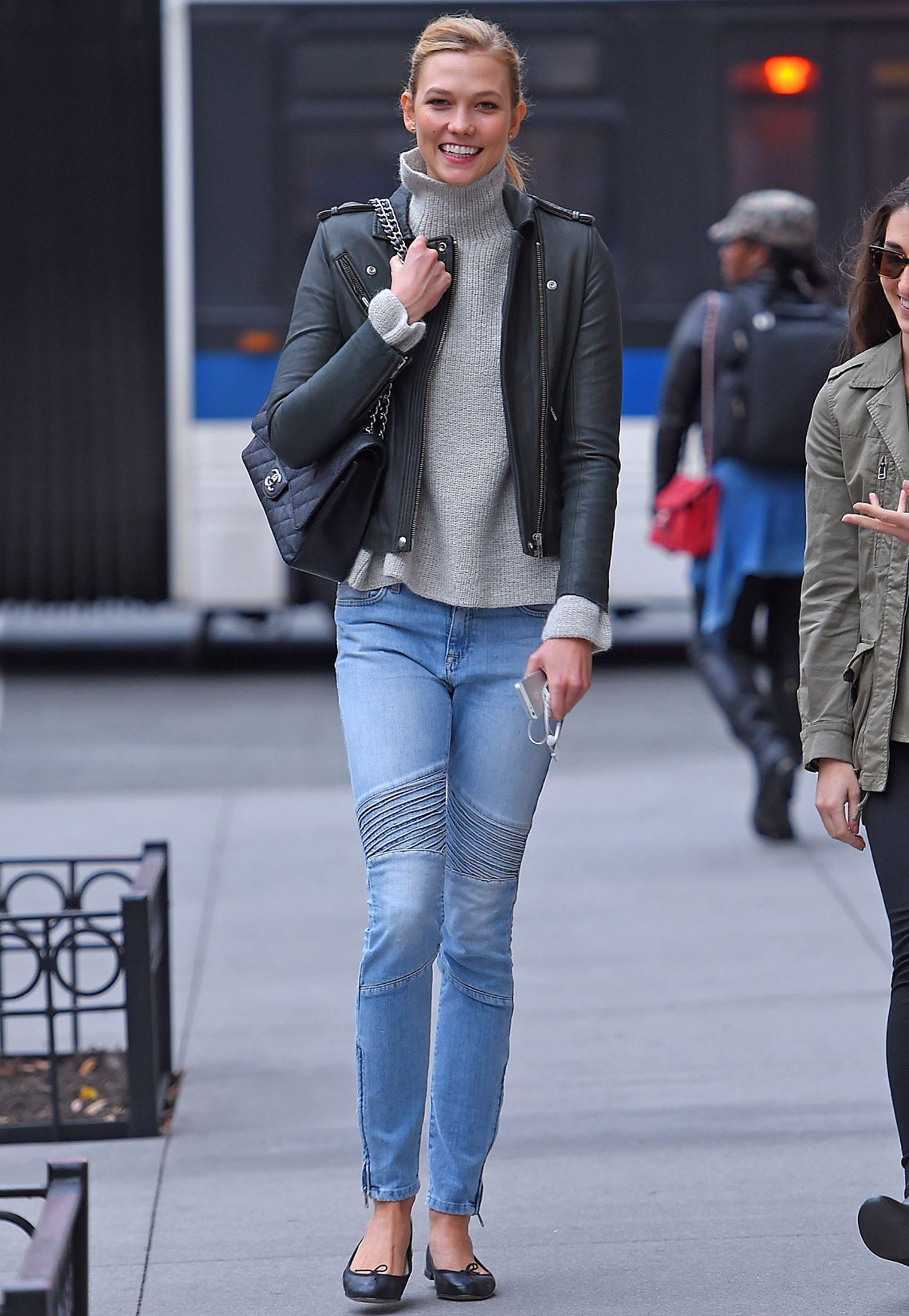 Ihren kuscheligen Rollkragen-Pullover funktioniert Karlie Kloss zum rockigen It-Piece um, indem sie dazu Lederacke und Bikerhose trägt. Ihre Tasche von Chanel versprüht zusätzlich einen Hauch von Glamour.