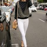 Weiße Slim-Jeans und Karo-Pullover wirken nicht immer so stylisch wie hier bei Kendall Jenner.