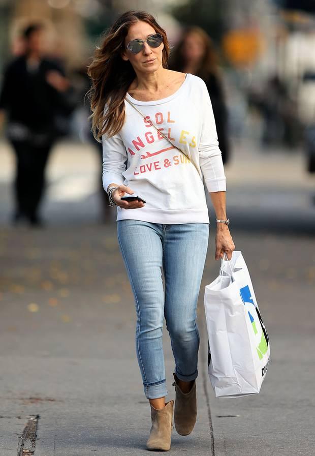 Fashionista Sarah Jessica Parker schafft es, mit einem weiten Pulli,  ausgeblichener Jeans und braunen
