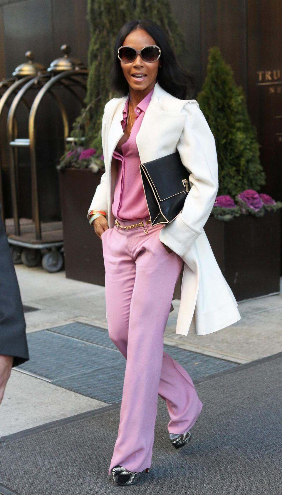 Viel Rosa, dazu Weiß und ein bisschen Gold: Jada Pinkett-Smith hat sich ausgehfein gemacht.