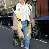 Bekannt für ihren extravaganten Style, zeigt auch hier Sängerin Rita Ora ihre modische Ader: Schuhe, Mantel und Tasche sind sehr fabenfroh, während Basics wie ihre weiße Bluse und eine schlichte Jeans den Kontrast dazu bieten.