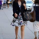 """Immer gut gelaunt: Mit einem Lächeln auf dem Gesicht geht Schauspielerin Emmy Rossum (""""Shameless"""") durch die New Yorker Straßen und hat sich zuvor Mani-, sowie Pediküre gegönnt. Zum Tweedjäckchen und weißem Blumenkleid setzt Emmy mit hellblauen Pumps ein Highlight."""