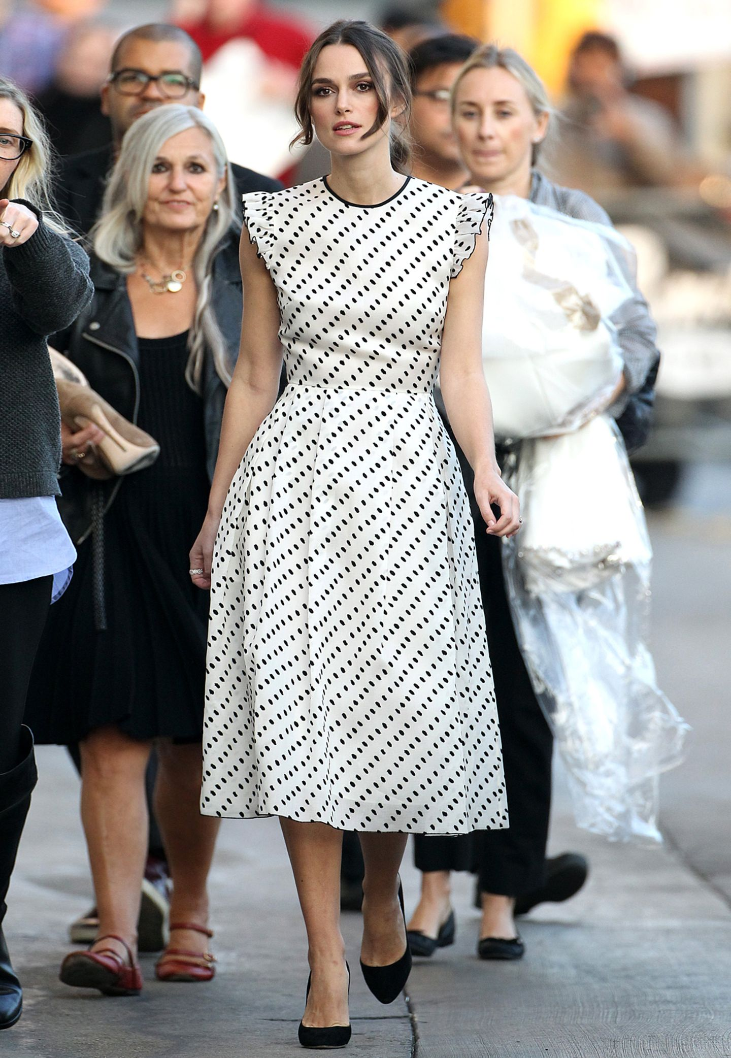 Designerliebling Keira Knightley bringt in einem schwarz-weißen Retro-Kleid von Erdem die Sache auf den Punkt.