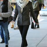 Einen coolen Tom-Boy-Style erzielt Emma Roberts, indem sie zum kastigen Sakko schicke Schnürschuhe trägt und den Saum ihrer Hosebeine leicht hochkrempelt. Mit einem XL-Schal schützt sie sich vor der Kälte.