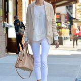 Mit ihrem hellen Outfit ist Karolina Kurkova ein wahres Fashion-Highlight auf Tribecas Straßen. Die Kombination aus lockerem Blazer und Sneakern von Nike überzeugt dabei besonders.