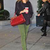 Taylor Swift hat dank eleganter Edelsteinfarben und weichen Materialien das perfekte Herbst-Outfit gefunden.