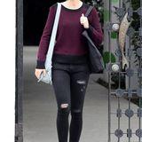 Selbst eine zerrissene Jeans und ein komfortabler Sweater sehen an der britischen Schönheit Emily Blunt noch irgendwie chic aus.