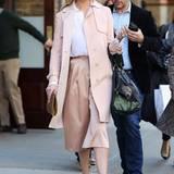 Im zart roséfarbenen Outfit und bestens gelaunt trifft sich Katherine Heigl mit ihrer Mutter zum Lunch in New York.