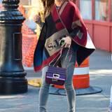 Wer in dieses Cape von Burberry gehüllt ist, erkennt man selbst trotz großer Sonnenbrille. Die Initialen von Sarah Jessica Parker lassen sofort wissen, welcher Star hier in New York unterwegs ist.